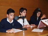 Tres alumnos del Sagrado Corazon leen el Quijote en la biblioteca de Don Benito.