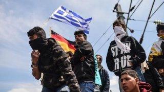 Los refugiados protestan por su situación en la frontera entre Grecia y Macedonia