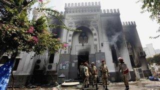 Militares ante la mezquita destruida tras una actuación del régimen militar egipcio en 2013.