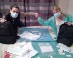 Noelia y Raquel preparan su alimentación con mucha asepsia para evitar infecciones.