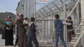 Una familia siria, en los accesos del campo de Moria, en Lesbos