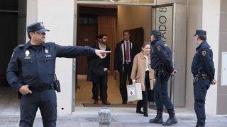 Agentes de la Policía durante el registro en la casa del alcalde de Granada.