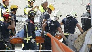 Los bomberos desalojan un cuerpo de los escombros Santiago Ferrero Reuters