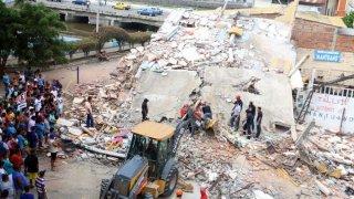Los equipos de rescate trabajan en la localidad de Manta.
