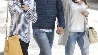 Paco González acompaña a su mujer y su hija al juicio.
