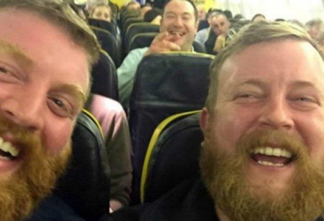 Todos reían en el avión al presenciar la casualidad.