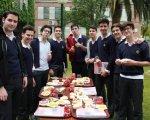 Alumnos del centro comiendo tapas solidarias