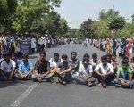 Un grupo de estudiantes protesta por el asesinato, reivindicado por el Estado Islámico, de un profesor universitario.
