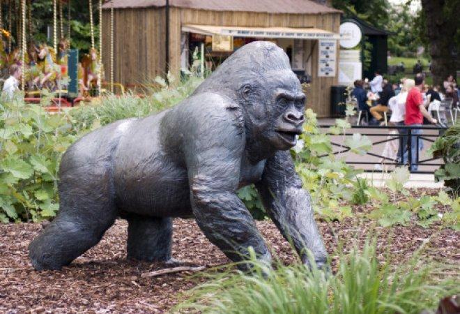 Estatua en honor a Jambo, el gorila, en el zoo.