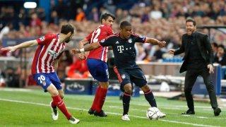 Douglas Costa protege el balón ante Augusto y Juanfran.