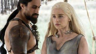 Joe Naufahu y Emilia Clarke en la sexta temporada de 'Juego de Tronos'