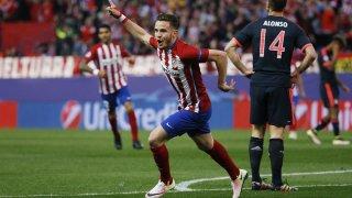 Saul celebrando el gol de la victoria contra el Bayer