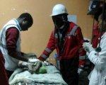 Imagen de la pequeña en el hospital, en compañía de su madre y siendo atendida por los médicos.