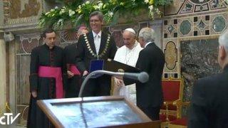 Imagen de la entrega del Premio Carlomagno en TVVaticana. Roberto