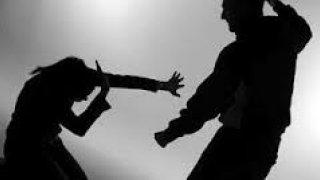 Hombre agrediendo a su pareja .