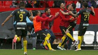 La alegría en los jugadores del Granada tras el pitido del árbitro