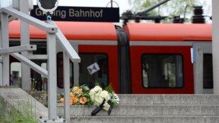 Flores en la estación de Grafing cerca de Múnich (Alemania)