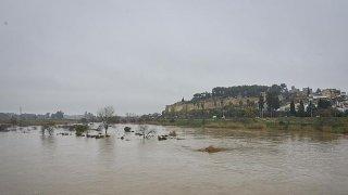 Con la lluvia, aumenta el cauce del río.