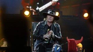 Brian Johnson cantando en silla de rudas, tras su lesión en la rodilla.