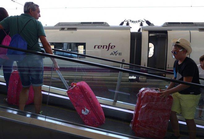 Viajeros de AVE en Atocha (Madrid)
