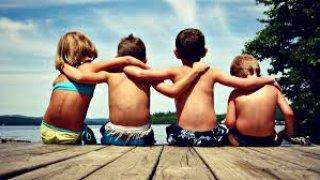 Grupo de amigos de la infancia