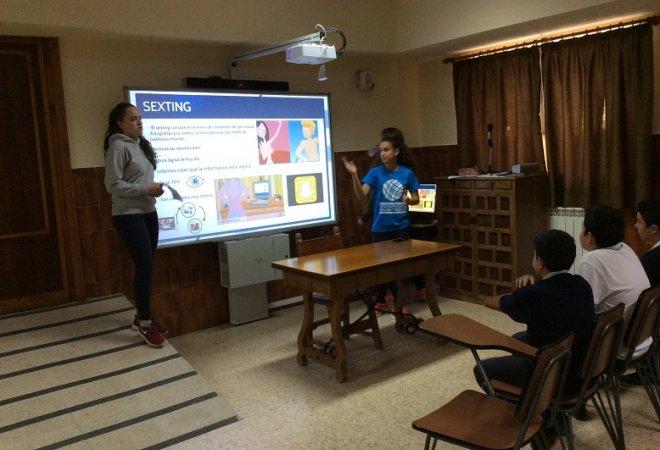 Grupo de Ayudantes TIC impartiendo un taller a alumnos de 2º de ESO.