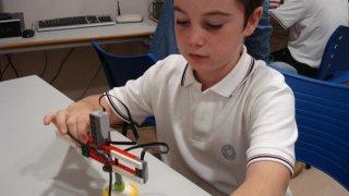 Alumno de El Tomillar construyendo un robot y programandolo.
