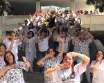 Lanzamiento de besos a favor del Día del Niño Hospitalizado.
