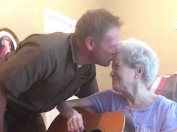 El emotivo vídeo de un hombre cantando con su madre enferma de Alzheimer