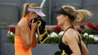 Sharapova y Bouchard, durante una pausa del partido