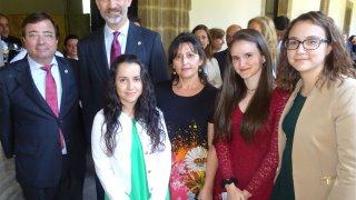 Alumnas y proferora con Felipe VI y Guillermo Fdez. Vara