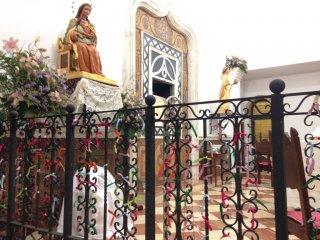 Nudos al lado de la Virgen
