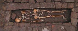 Como podemos ver en la imagen, en la zona genital de la mujer se encuentran una serie de pequeños huesos que corresponden, claramente, a un bebé recién nacido.