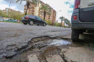 Uno de los baches de la calle Sinforiano Madroñero , que se arreglará pasada las lluvias.