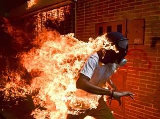 La foto ganadora del World Press Photo 2018 es la imagen de un venezolano envuelto en llamas