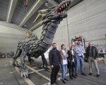 El dragón junto con sus diseñadores.