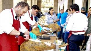 Para hacer los bocatas, se emplearon 34 jamones y 1.200 barras de pan.
