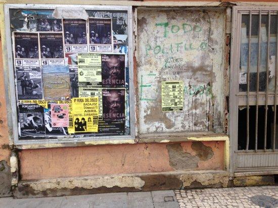 Excesivos carteles en locales abandonados
