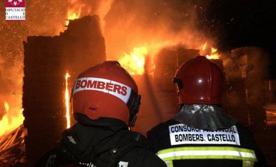 El incendio en una serrería de Almassora arrasa decenas de palés y dos camiones de la fábrica