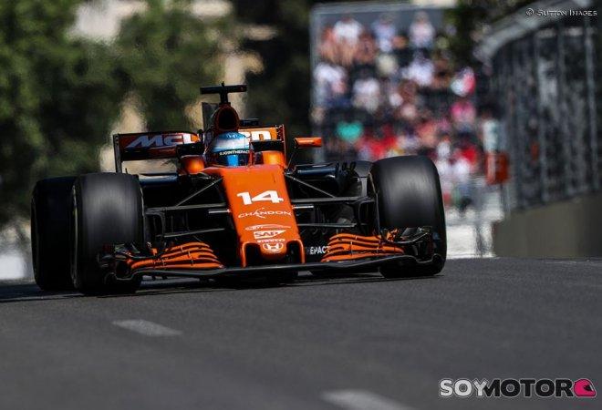 Fernando Alonso por la curva 13 del circuito de Baku (SoyMotor.es)