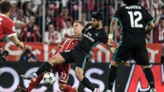 Momento de disputa del balón entre Asensio y Kimmich. Fuente: MARCA