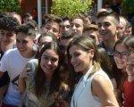 Posa  con los jóvenes del Instituto de Villanueva de la Serena.