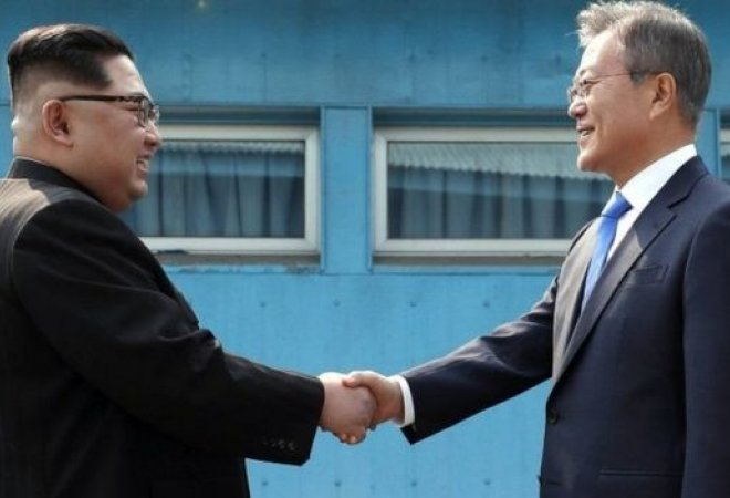 Aquí podemos ver una de las fotos que se tomaron los líderes coreanos el día de su acercamiento diplomático el pasado viernes.