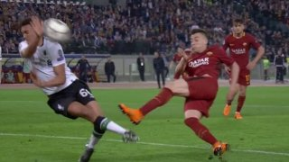 La mano de Alexander-Arnold en el disparo de El Shaarawy durante el Roma-Liverpool