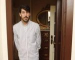 José Mateos en la puerta de su casa.