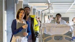 Personal sanitario atiende a un enfermo en los pasillos de Can Misses.