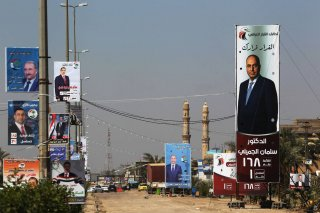 Carteles de propaganda electoral en una calle de Faluya, el 24 de abril