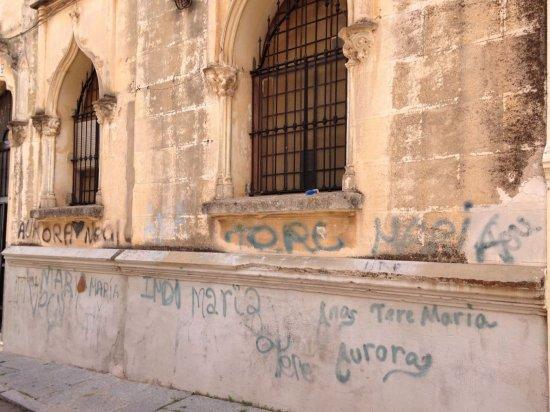 El convento de las adoratrices cae en olvido